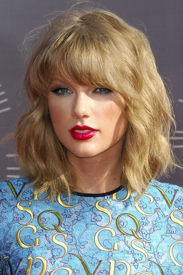 Taylor Swift Medium Hairstyle for Wavy Hair