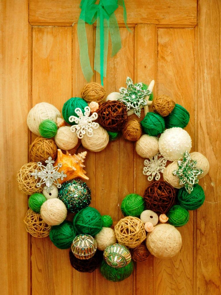 Yarn-Ball-Wreath-Christmas