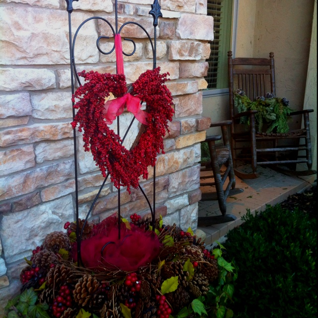 Outdoor Valentine Decor Ideas (13)