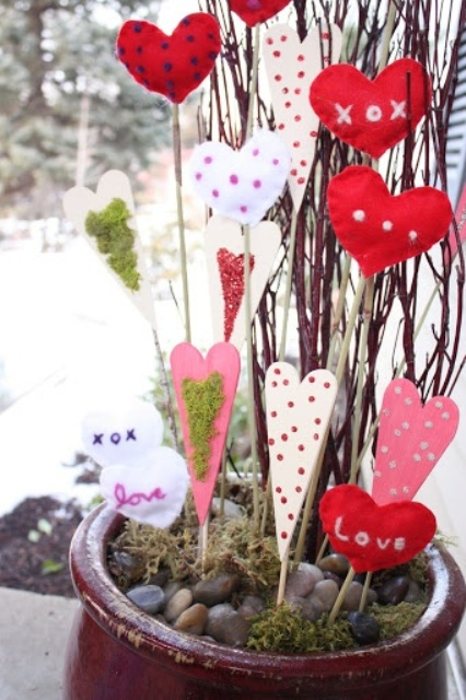 Outdoor Valentine Decor Ideas (20)
